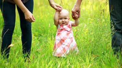 چگونه نوزاد را به ایستادن ترغیب کنیم؟