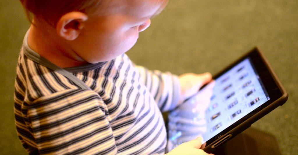 کودکان مجاز به چه میزان استفاده از تبلت و تلفن هوشمند هستند