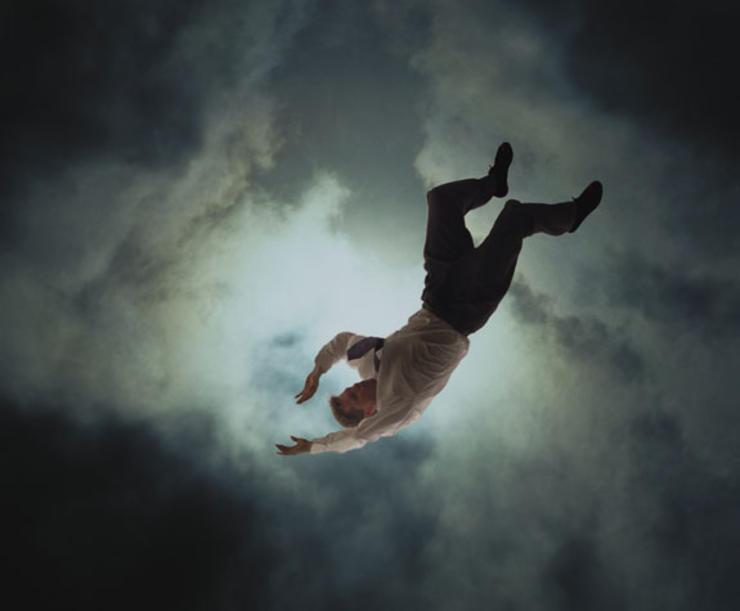 چرا وقتی خواب هستید، دچار حس سقوط میشوید
