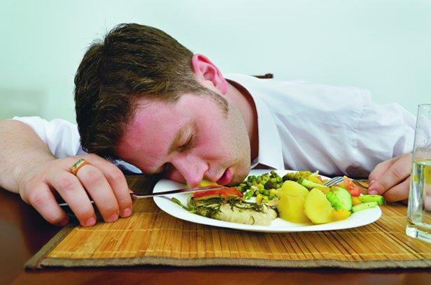 چرا بعد از غذا خوردن خوابآلوده میشویم