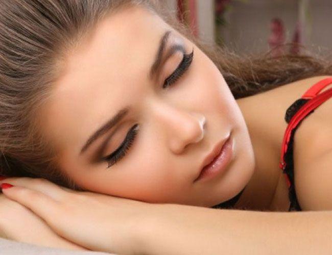 چرا نباید با آرایش خوابید؟