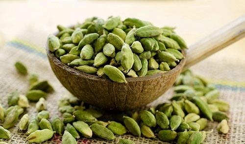 مزایا و مضرات استفاده از «هل» در غذا، چای و شیرینی