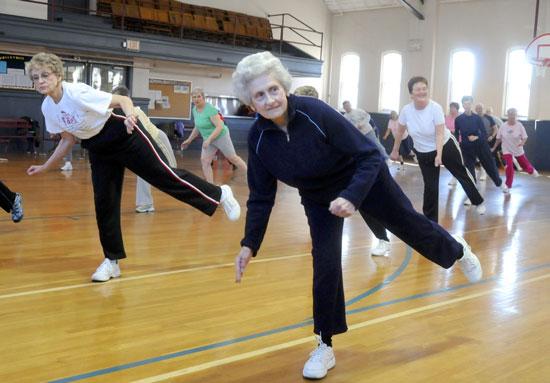 آموزش نرمش تعادل برای سالمندان