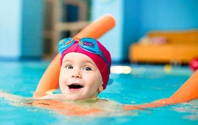 از چه سنی کودک را به کلاس شنا بفرستیم؟