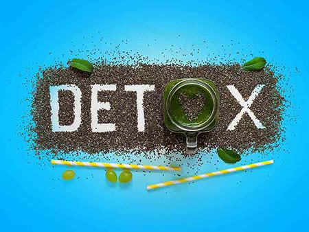 سم زدایی بدن هنگامی که سم ها و آلاینده ها وارد بدن میشوند ، اول کبد و بعد کلیه ها اقدام به جذب آنها از طريق خون ميکنند و در مرحله بعد به کمک مکانیسم های گوناگون این سم ها را به بیرون از بدن هدایت ميکنند که به این روند، پاک سازی خون یا سم زدایی گفته ميشود . سم زدایی بدن به هضم بهتر غذا و کسب انرژی کمک ميکند و باعث ميشود که فرد حس بهتری نسبت به قبل داشته باشد. در این مطلب روشهایی آسان برای سم زدایی بدن ذکر می شود.   به ميزان فراوانی آب بنوشید حتی درصورتی که فکر می کنید که در طول روز به ميزان کافی آب نوشيده اید، میزان مصرف خود را به یک سطح کاملاً جدید برسانید. اگر تنها یک چیز موجود است که به آسانی و بطور طبيعي به شما کمک ميکند بدن خود را سم زدایی کنید، قطعاً آب است. آب میتواند بطور طبيعي سم ها را از سیستم بدن تان خارج کند،چنانچه به میزان کافی آب مصرف کنید، این اتفاق همیشه رخ ميدهد . مصرف آب کافی میتواند پوست را شفاف تر کند، به عملکرد درست ارگان های بدن کمک کند.   چای سبز مصرف کنید به جای قهوه چای سبز بنوشید.  به طور کلی مصرف کافئین به اندازه کم خوب است، ولی شما باید به ميزان استفاده از  آن در طول روز یا هفتهتوجه کنید. هرچند نوشیدن یک فنجان قهوه بعضی اوقات خوب است، ولی اگر تصمیم به سم زدایی بدن تان دارید، پس باید برخی چیزها را کمی تغيير دهید.     صبح ها آبلیمو بنوشید براي دفع سم ها از بدن، صبح ها یک لیوان آب همراه با آبلیمو بنوشید. اسید سیتریک موجود در لیموترش، به سم زدایی از بدن کمک ميکند . ساختار آبلیمو ، مثل اسید معده و روده است که به کبد در تولید صفرا کمک ميکند . صفرای بیش تر، حرکت غذا در مسیر گوارش را بهتر ميکند .لیموترش همچنین فضای بدن را قلیایی می نماید و بدین ترتیب، بدن را نسبت به بیماریها مقاوم ميکند .      سم زدایی بدن,فواید سم زدایی,روشهای سم زدایی  براي دفع سم ها از بدن، صبح ها یک لیوان آب همراه با آبلیمو بنوشید   براي درست کردن این لیوان آب و لیمو، نصف یک لیمو ترش را در آب ولرم بچکانید. میتوانید اندکی عسل هم به آن بیفزایید. این شربت را صبح، نیم ساعت پیش از صبحانه میل کنید. همچنین میتوانید روزانه، یک اسموتی سبزیجات از اسفناج، کلم پیچ، سیب و چغندر هم میل کنید.  چرخاندن روغن نارگیل در دهان این یک روش باستانی است که سم ها را از بدن خارج ميکند. این کار غیر از دف